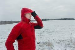 穿防护冬天连续夹克的人画象在他的训练期间 库存图片