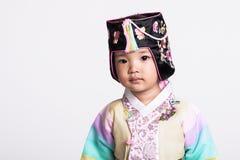 穿韩国传统服装, Hanbok的一个女孩的演播室画象,与愉快的微笑 库存图片