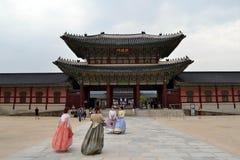 穿韩国传统衣裳的人们在北的汉城附近 库存照片