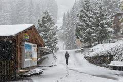 穿黑色衣服的人走在雪 免版税库存照片
