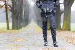 穿黑色衣裳和启动的妇女 图库摄影