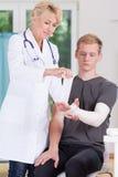 穿戴上部肢体的医生 图库摄影