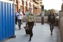 穿戴了走在南银行中的行家男人和妇女在凉快的伦敦人样式 库存照片