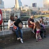 穿戴了走在南银行中的行家男人和妇女在凉快的伦敦人样式 免版税图库摄影