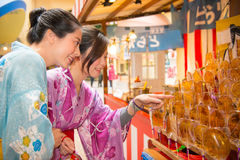穿戴和服选择棒棒糖的妇女 免版税图库摄影