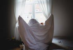 穿戴在床单鬼魂服装 免版税库存图片