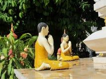穿戴在黄色菩萨雕象 免版税库存图片