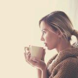 穿戴女孩褂子早晨白色的咖啡杯 免版税库存图片