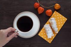 穿戴女孩褂子早晨白色的咖啡杯 免版税图库摄影
