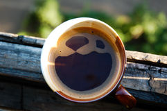 穿戴女孩褂子早晨白色的咖啡杯 免版税库存照片