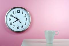 穿戴女孩褂子早晨白色的咖啡杯 图库摄影