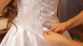 穿戴婚礼礼服 股票录像