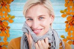 穿围巾的微笑的妇女的综合图象 免版税库存图片