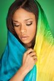 穿围巾的性感的非裔美国人的时装模特儿 图库摄影