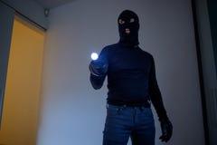 穿巴拉克拉法帽的夜贼 免版税库存照片