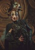 穿黑暗的服装的少妇 明亮组成并且抽万圣夜题材 免版税图库摄影