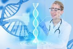 穿玻璃和白色外套的医疗模型反对脱氧核糖核酸图表背景 免版税库存照片