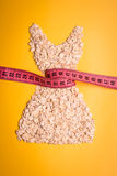 穿戴由与测量的磁带的燕麦粥做的形状 库存照片