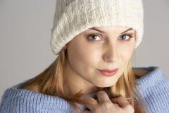 穿戴的俏丽的冬天妇女年轻人 免版税库存照片