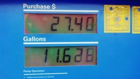 穿戴的汽油 显示在加仑显示燃料量和价格以美元 股票录像