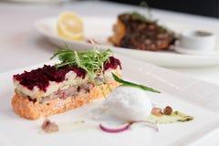 穿戴的鲱鱼开胃菜,俄国烹调盘 免版税图库摄影