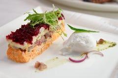 穿戴的鲱鱼开胃菜,俄国烹调盘 免版税库存照片