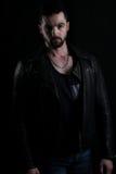 穿黑皮夹克的英俊的吸血鬼 免版税图库摄影