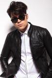 穿黑皮夹克的年轻时尚人 免版税图库摄影