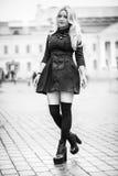 穿黑礼服的年轻美丽的时髦的优等的女孩 免版税库存照片