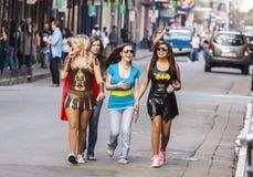 穿滑稽的服装的妇女庆祝在街道上的著名狂欢节狂欢节在法国街区 免版税图库摄影