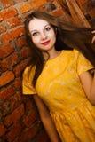 穿黄色礼服的美丽的妇女画象 免版税库存照片