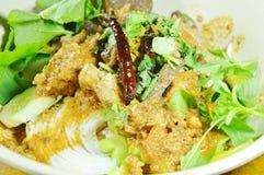 穿戴辣剁猪肉和骨头红色棉花树的米线调味与在碗的菜 免版税图库摄影