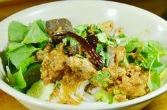 穿戴辣剁猪肉和骨头红色棉花树的米线调味与在碗的菜 免版税库存照片