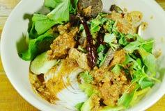 穿戴辣剁碎的猪肉和骨头红色棉花树的米线调味与在碗的菜 库存图片
