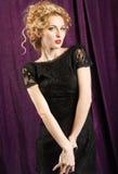 穿黑鞋带礼服的魅力妇女 免版税库存图片