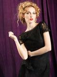 穿黑鞋带礼服的魅力妇女 免版税库存照片