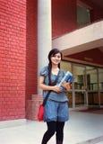 突出与书的美丽的学员。 免版税库存图片