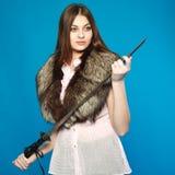 突出与在他的现有量的一把剑的一个女孩 免版税库存图片