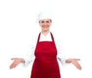 突出与开放掌上型计算机的高级女性主厨 免版税库存图片