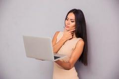 突出与膝上型计算机的妇女 库存图片