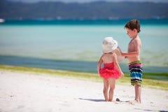 突出二的可爱的孩子海洋岸 免版税库存图片