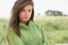 突出周道的妇女年轻人的海滩 库存图片
