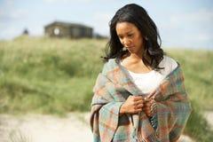 突出周道的妇女年轻人的海滩 库存照片