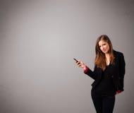 突出和拿着有复制空间的小姐一个电话 免版税库存照片