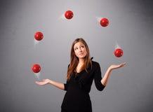 突出和玩杂耍与红色球的女孩 免版税库存图片
