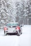 突出在一条乡下公路的黑色汽车在冬天 免版税库存照片