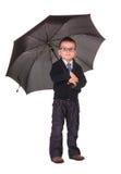 突出在伞下的黑色衣裳的男孩 免版税库存照片