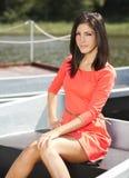 突出在小船的美丽的女孩 免版税图库摄影