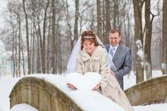 突出在桥梁的新婚佳偶夫妇 免版税库存图片