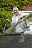 突出在汽车旁边的成熟驾驶人 免版税图库摄影